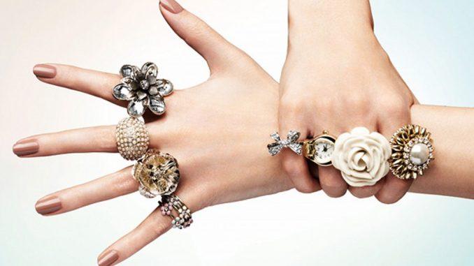 hangi renk ile gümüş takı kullanılır, gümüş takılar hangi renk ile uyumlu, gümüş takı kullanımı